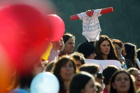 Protesta contra la ley de aborto terapéutico y en defensa de los derechos por la vida frente al Palacio de La Moneda.