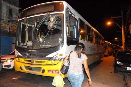 <p>Uma dissidência promove a paralisação de ônibus em vários locais de Salvador. O trânsito na região ficou complicado</p>