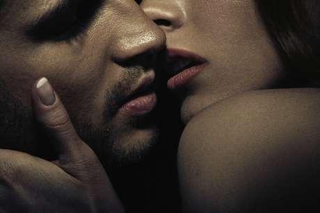 A paixão é uma situação em que a pessoa se entrega completamente ao outro e perde sua individualidade. Já o amor é uma relação em que cada um preserva suas características, e ambos constroem algo duradouro