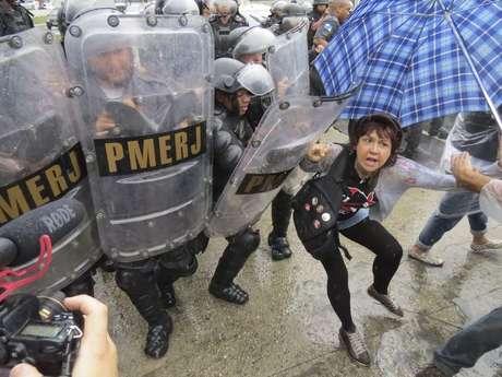 <p>Polícia tentou tirar professores da via usando escudos</p>