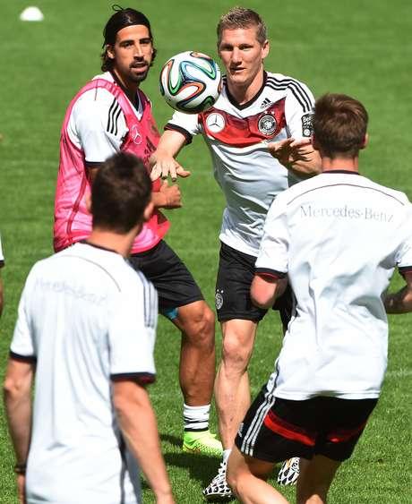 Schweinsteiger e Khedira participam pela primeira vez de treino da Alemanha