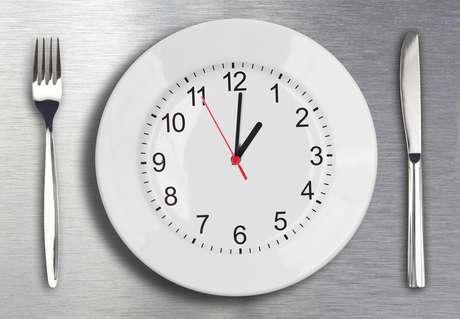 Crie horários para todas as refeições, assim a criança terá fome na hora certa