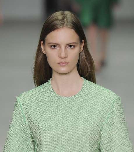 """<p>Calvin Klein - """"Maquiagem extremamente natural, ideal para o dia a dia ou ocasiões em que não se quer parecer que está maquiada"""", avalia a blogueira Alice Salazar. """"Usou-se pouca base, mas a pele está bem corrigida.""""</p>"""