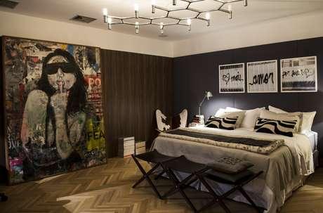 <p>Loft do Executivo, de Roberto Negrete: o dormitório foi decorado pensando no aconchego, já que usou madeira nas paredes e decoração puxada para tons da natureza. O quadro proporcionou mais descontração ao ambiente</p>