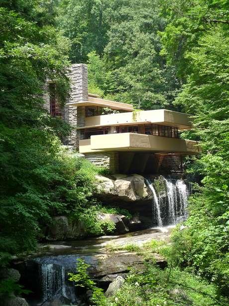 Projeto integra casa a cachoeira e vira cone da arquitetura for Frank lloyd wright casa della prateria