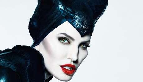 Nas telonas com o filme Malévola, Angelina Jolie chama a atenção pela beleza estonteante, mesmo com chifres, asas enormes e olhos sobrenaturais
