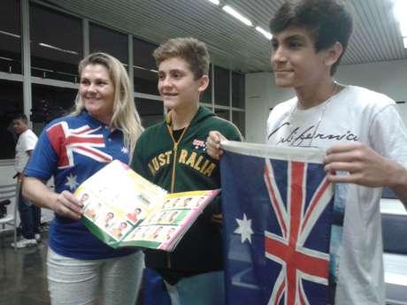 <p>Nascido na Austrália, Lukas levou álbum da Copa do Mundo para Aeroporto</p>