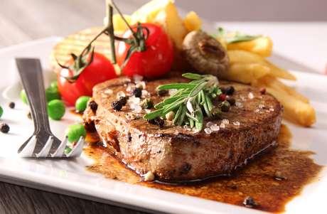 A carne vermelha é fonte de vitamina B1 e seus benefícios estão relacionados ao bom funcionamento do sistema nervoso
