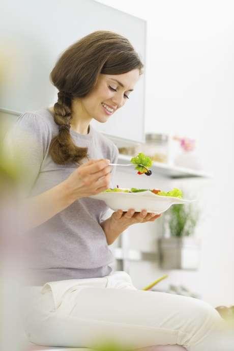 <p>Controlar o peso e escolher os alimentos certos são atitudes importantes para a mulher que deseja engravidar</p>