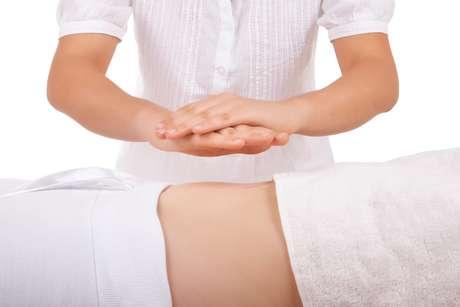 Chamado de Drenagem Lipossônica Ativa (DLA), o procedimento tem duração de duas horas e conta com massagens vigorosas, aparelho de ultrassom e aplicação de um gel redutor formulado com chá verde, café, ácido hialurônico, aloe vera e guaraná