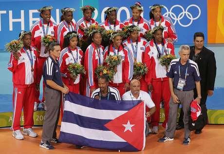 <p>Cubanas e Eugenio Lafita posam com medalha de bronze em Atenas 2004</p>