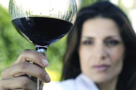 El alcohol reduce la producción de saliva en la boca