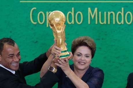 <p>Dilma participou de um evento em que levantou a taça junto com Cafu</p>