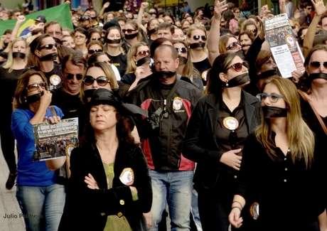 Com mordaças, grevistas percorreram as ruas de Blumenau na última quinta-feira