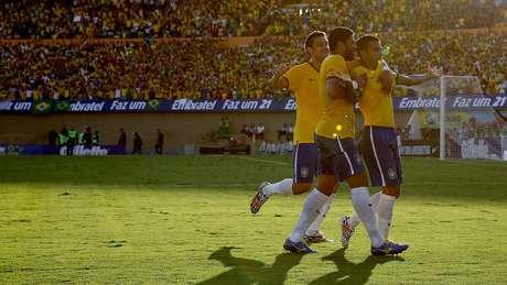 Daniel Alves acertou canto do goleiro em chute de fora da área