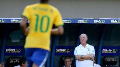Felipão observa atuação do Brasil