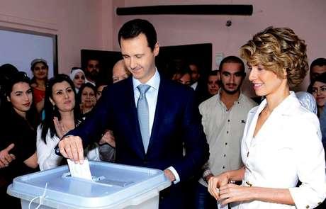 <p>Presidente Assad votaacompanhado da mulher, Asma, no centro de Damasco, em 3 de junho</p>