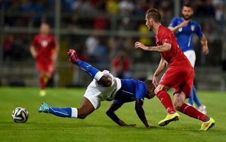 Itália, de Balotelli, só empatou com a frágil Luxemburgo