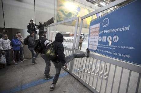 Passageiros pulam a grade de entrada da estação Itaquera do metrô de São Paulo. 05/06/2014