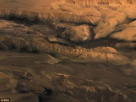 <p>Acredita-se que os sulcos na superfície de Marte foram formados por águacorrente, mas de acordo com um estudo feito recentemente,eles podemter tido uma gênese muito diferente, ligada aos vulcões</p>