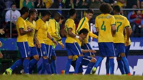 Jogadores fazem a festa após o gol marcado por Fred