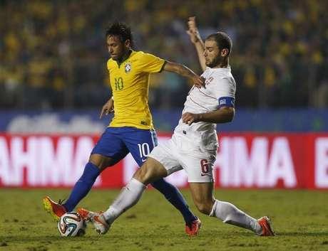 Neymar é marcado por Ivanovic em amistoso do Brasil contra a Sérvia em São Paulo. 06/06/2014