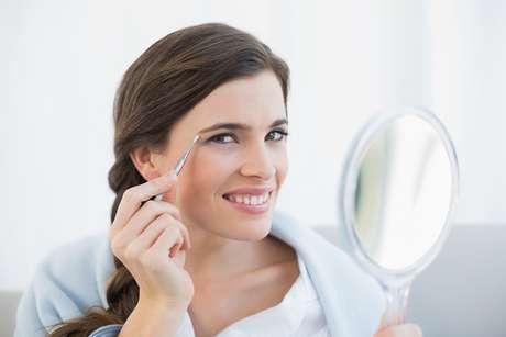 Antes de fazer as sobrancelhas, é preciso tomar alguns cuidados importantes com a pele para não danificá-la e ainda facilitar a remoção dos fios
