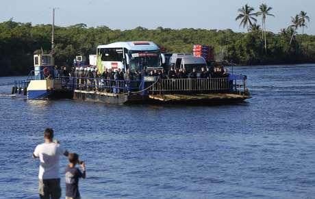 Ônibus que levou os jogadores da seleção alemã teve que atravessar um rio para chegar à Vila de Santo André, no sul da Bahia