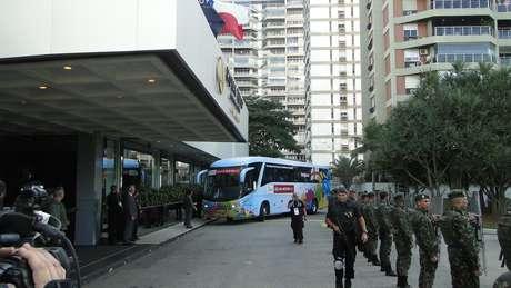 Delegação inglesa chegou de ônibus ao hotel, que foi cercado pelo batalhão do exército