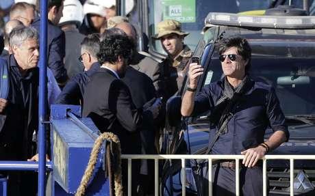 Durante a travessia de balsa, treinador Joachim Low desceu do veículo para tirar fotos da paisagem