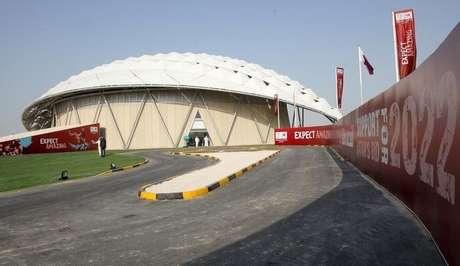 <p>Réplica de estádio fotografada no Catar durante inspeção da Fifa</p>