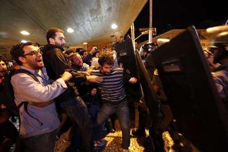 <p>Metroviários entram em confronto com a tropa de choque da polícia em frente à estação Ana Rosa do metrô, em São Paulo,a três dias da abertura da Copa do Mundo</p>