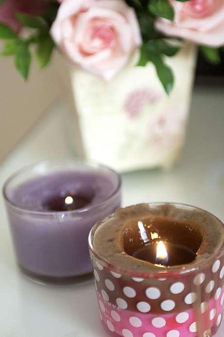 <p>Chamado de <em>candle massage</em>, tratamento conta com velas cosméticas especiais, enriquecidas com aromas de uva e chocolate e propriedades hidratantes</p>