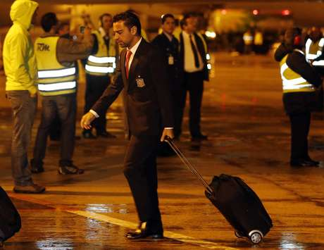 Espanha, de Xavi, desembarcou sob chuva e frio em Curitiba na noite de domingo