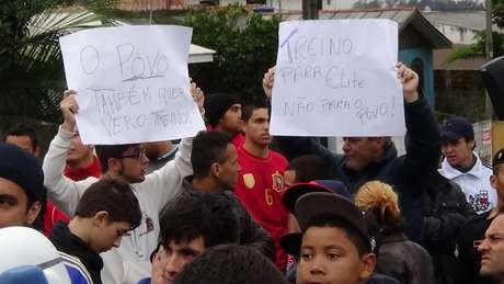 Torcedores protestaram no lado de fora do CT