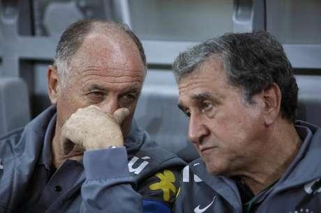 Carlos Alberto Parreira (D) conversa com o técnico Felipão em abril de 2013, durante a Copa das Confederações.