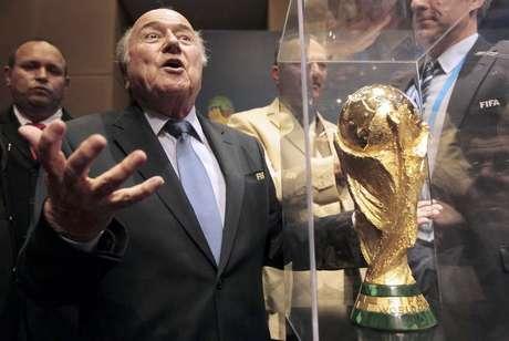 Presidente da Fifa, Joseph Blatter, gesticula diante da taça da Copa do Mundo após uma coletiva de imprensa, em São Paulo. 5/06/2014.