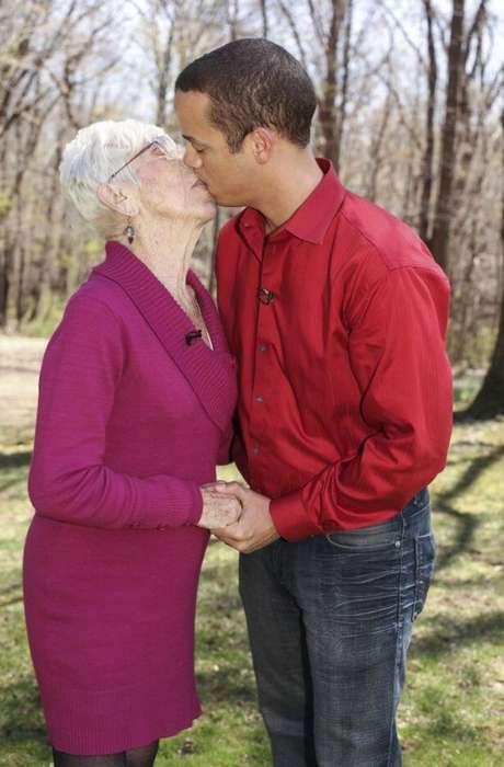 Americano Namora Mulher 60 Anos Mais Velha-4684