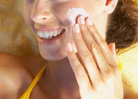 Para quem tem pele oleosa, o ideal é usar filtro solar com toque seco ou efeito mate que, além de muito eficaz, possui textura leve e não causa