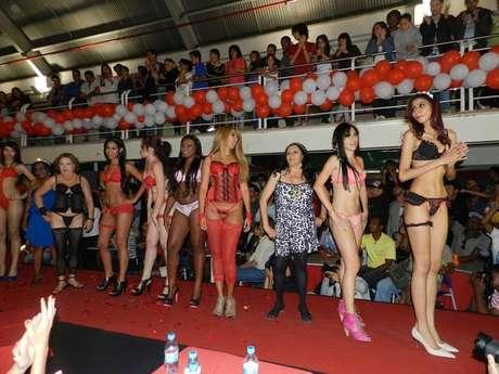 Um dos eventos realizados pela Aprosmig é o Miss Prostituta; na foto, o desfile da participantes em 2013