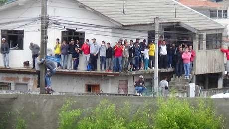 Torcedores se acumularam na laje de uma casa vizinha ao CT do Caju para assistir ao treino da Espanha