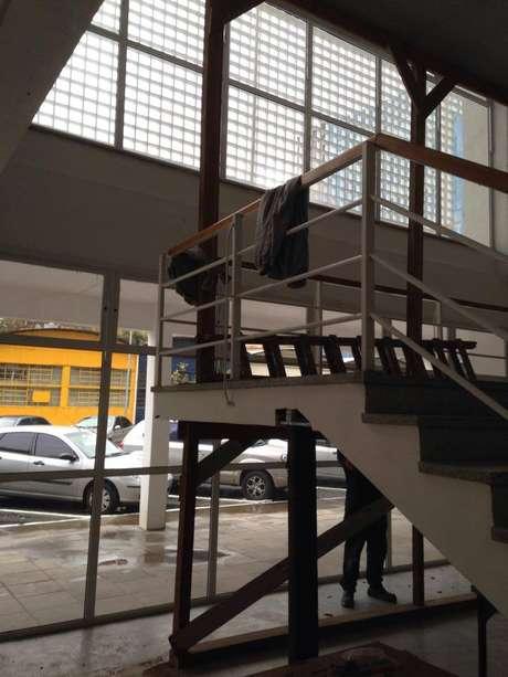 Escoras são utilizadas para sustentar uma escada em um prédio da Universidade Federal do Rio Grande do Sul (UFRGS), que funciona desde o início do semestre