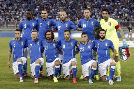 Seleção da Itália em foto antes de amistoso internacional contra  Luxemburgo 6fb05a7a2e02f
