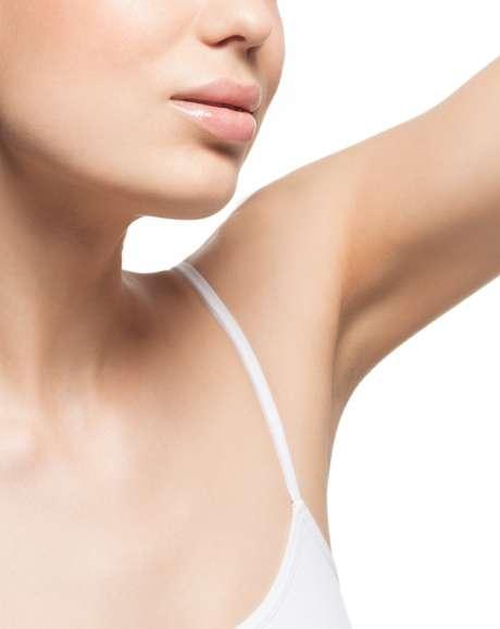 O suor, mais evidente durante as estações quentes do ano, tende a causar coceiras, vermelhidão, ardência e aspereza em contato com a área recém-depilada
