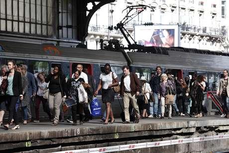<p>Passageiros caminham em uma plataforma na estação St Lazare, em Paris, nesta quarta-feira, 11 de junho, em meio a uma greve dos ferroviários franceses que protestam contra planos de abrir ferrovias para empresasconcorrentes</p>
