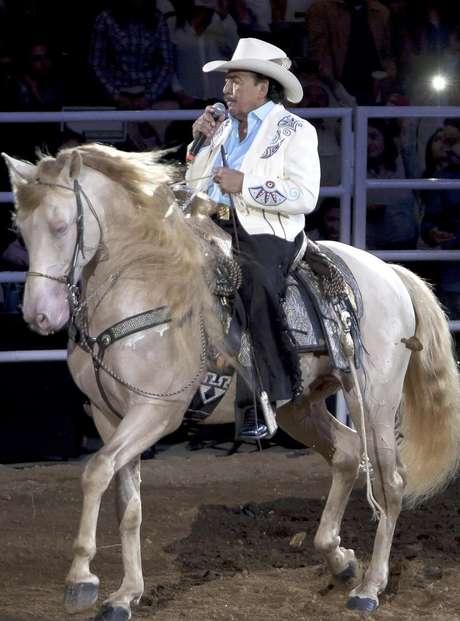 video joan sebastian se cay243 de su caballo en pleno jaripeo
