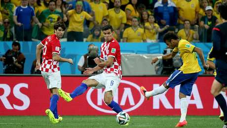 <p>Neymar avança pelo meio, chuta de perna esquerda, a bola vai à trave e entra, empatando o placar na estreia da Seleção Brasileira na Copa e marcando a reação brasileira na vitória de 3 a 1</p>