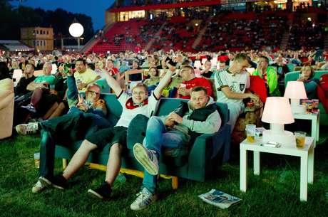 <p>Em Berlim, na Alemanha, torcedores assistiramnesta quintaao primeiro jogo da Copa em sofás instalados dentro do estádio do Union Berlin</p>