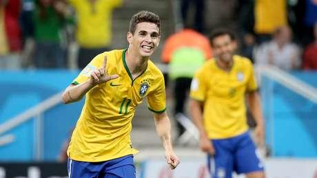 Oscar comemora o terceiro gol do Brasil na partida, encerrando a estreia com vitória de 3 a 1 sobre a Croácia