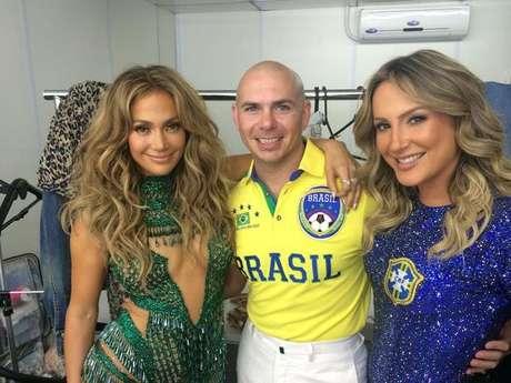 <p>Pitbull cercado por Claudia Leitte e Jennifer Lopez: o trio responsável pela música da Copa do Mundo</p>